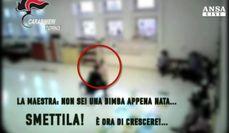 Maestra strattona bambini, arrestata