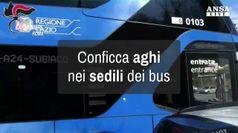 Conficca aghi sui sedili degli autobus