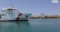 Migranti: nave Diciotti entra nel porto di Trapani