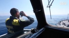 Svuotato barcone migranti, ora su navi Gdf e Frontex