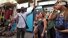 Immigrati guide turistiche per le vie di Napoli