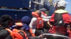 Il governo vacilla sulla Sea Watch, sbarcate le famiglie