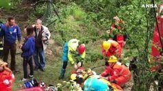 Bus turistico in scarpata, morta una donna