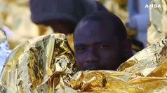 Barchino in avaria 4 migranti si gettano a mare, dispersi
